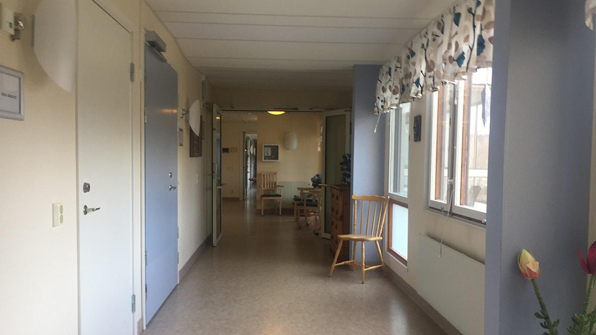 En ensam pinnstol i en tom korridor.