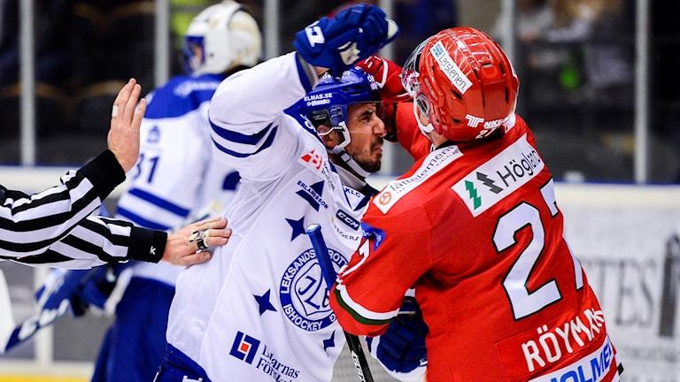 Leksands Fredrik Lindgren i bråk med Modos Martin Röymark under en ishockeymatchen i Hockeyallsvenskan. Foto: Erik Mårtensson/Bildbyrån