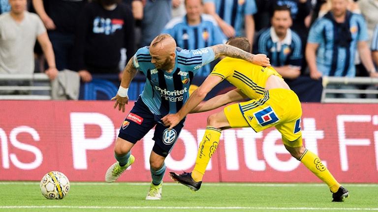 Tröjdragningar i duell om bollen i en match mellan Djurgården och Gif Sundsvall i juli 2017 i Stockholm. Foto: Simon Hastegård/Bildbyrån
