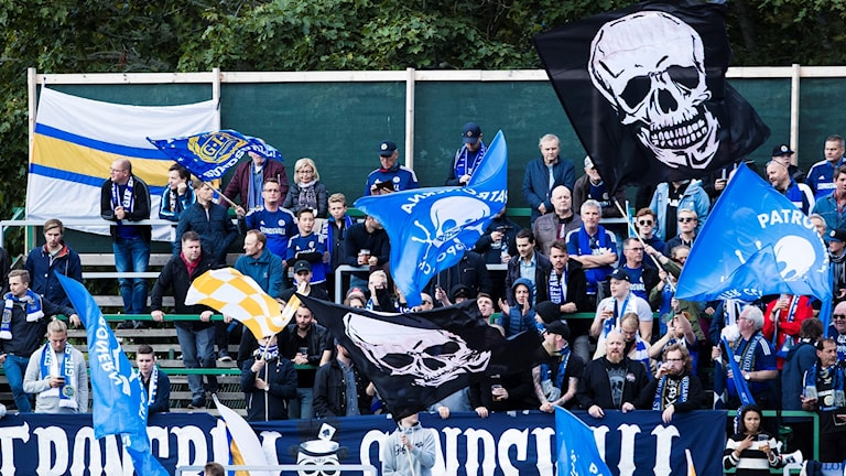 Ståläktare med Sundsvalls supportrar, med flaggor och halsdukar, under en match i allsvenskan. Foto: Kenta Jönsson/Bildbyrån