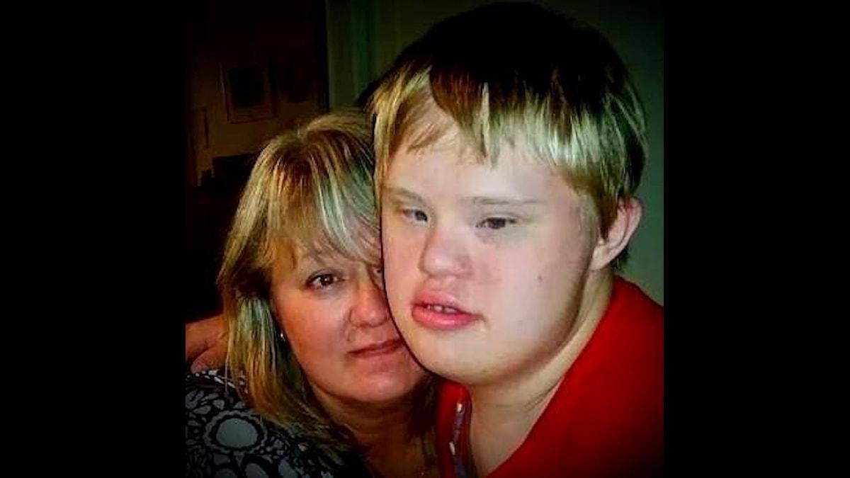 Mamman Anna Axberg med sonen Joel, 21 år, med Down syndrom.