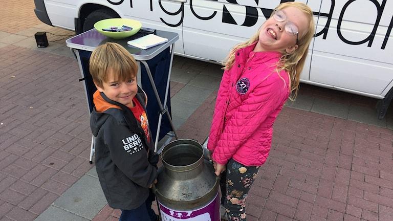 Tilde Björklund och Loke Edvardsson gav sin månadspeng till Världens barn. Foto: Lotte Nord/Sveriges Radio