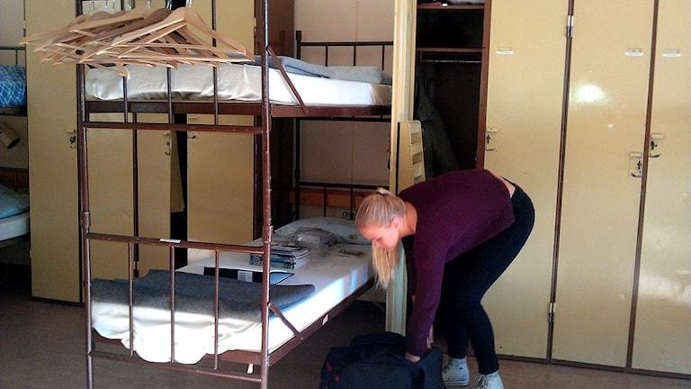 Felicia Fryklund har fått sin säng och ett skåp på logementet. Foto: Ulla Öhman/Sveriges Radio