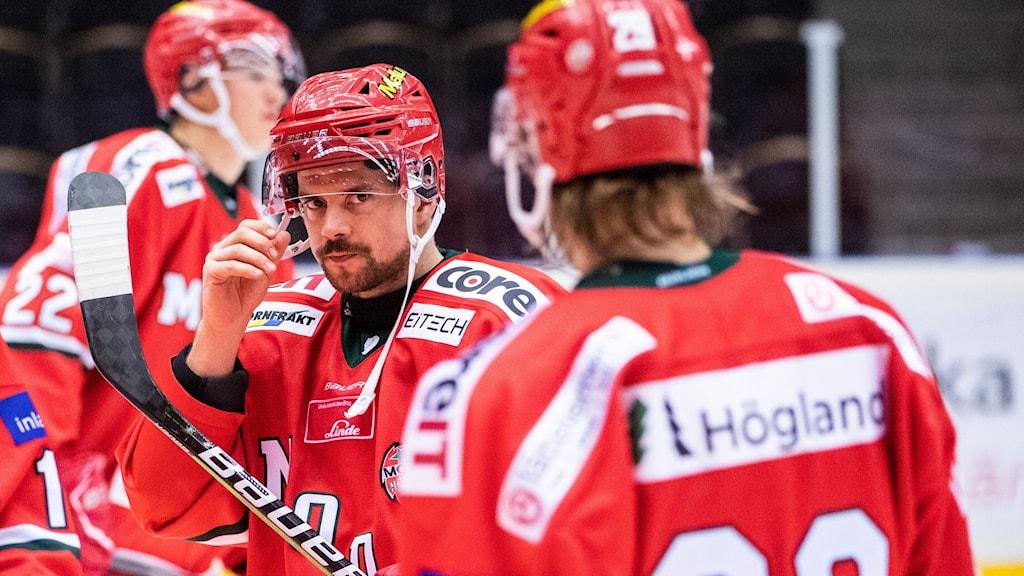 Jesper Dahlroth i Modo Hockey blickar in i kameran.