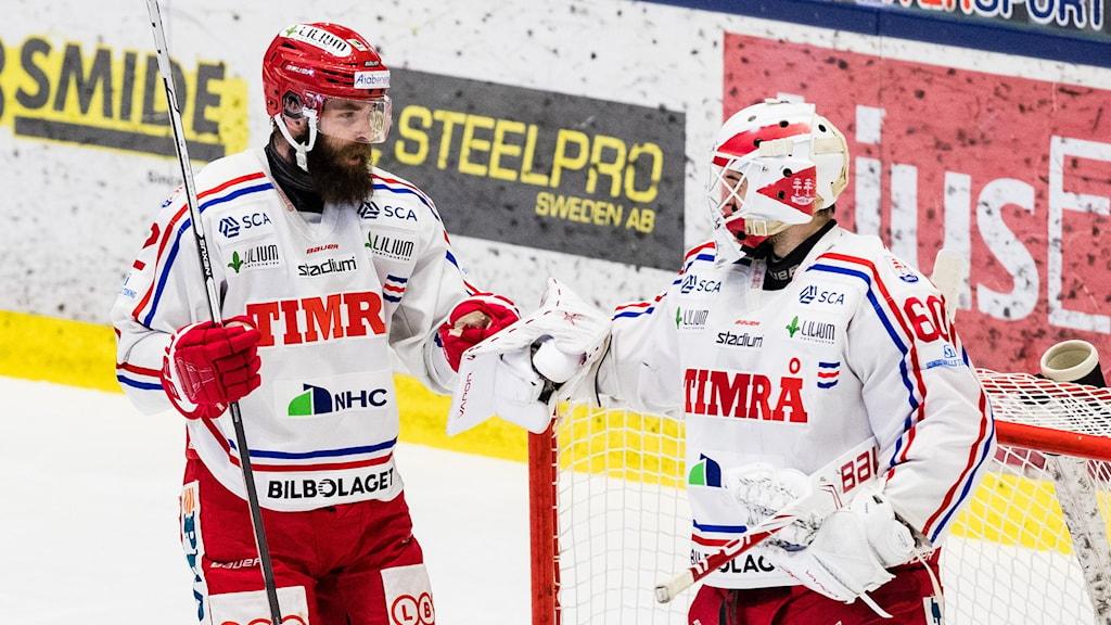 Timrås Per Svensson och målvakt Adam Ohre jublar efter ishockeymatchen i Hockeyallsvenskan mellan Västerås och Timrå.