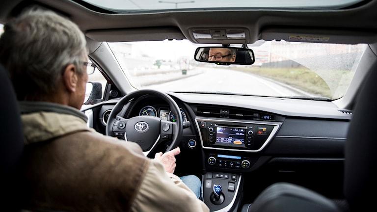 En äldre man kör en Toyota. Foto: Pontus Lundahl/TT