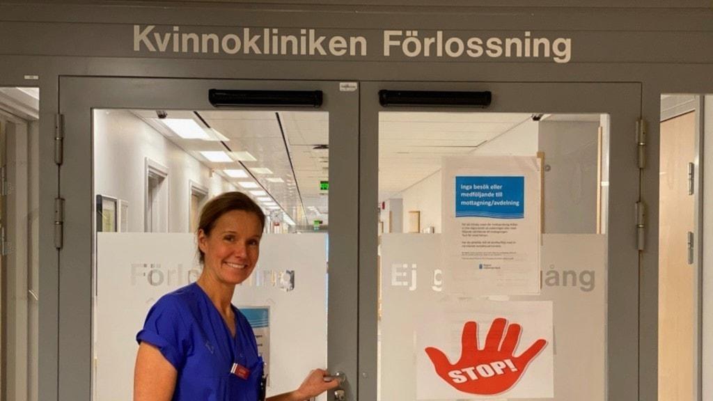 Ulrika Sjöström står i dörren in till förlossningen. Foto Privat