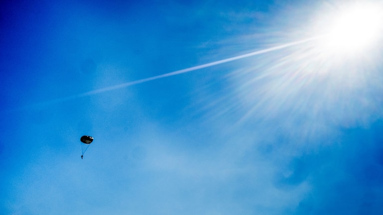 Hoppar fallskärm mot solen. Foto: Magnus Hjalmarson Neideman/SvD