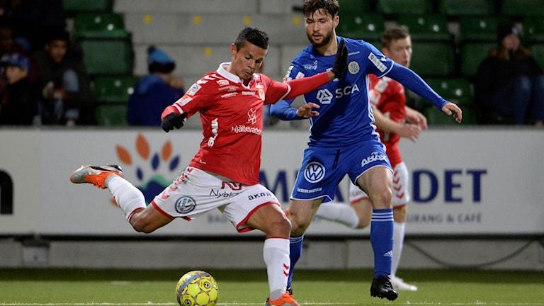 Kalmars Romario Pereira Sipiao klipper till mot Jonathan Tamimi under måndagens fotbollsmatch i allsvenskan mellan GIF Sundsvall och Kalmar FF