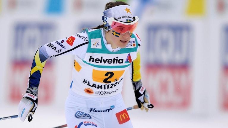 Sveriges Ebba Andersson på sträcka tre under damernas stafett 4x5 km i Lahtis. Foto: Anders Wiklund/TT