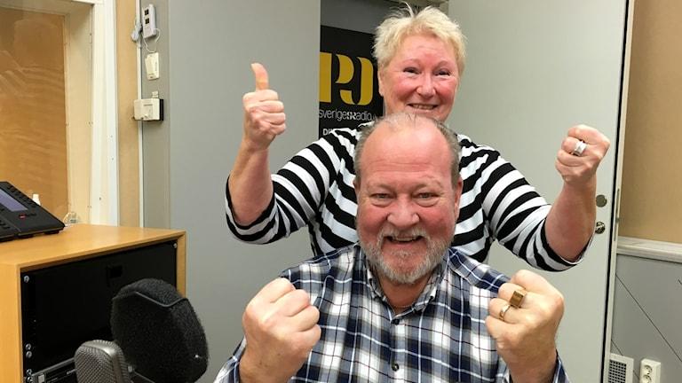 Producent Kerstin Ericsson och programledare Lars T Johansson håller tummarna i Sök och finn. Foto: Ann-Charlotte Carlsson/Sveriges Radio