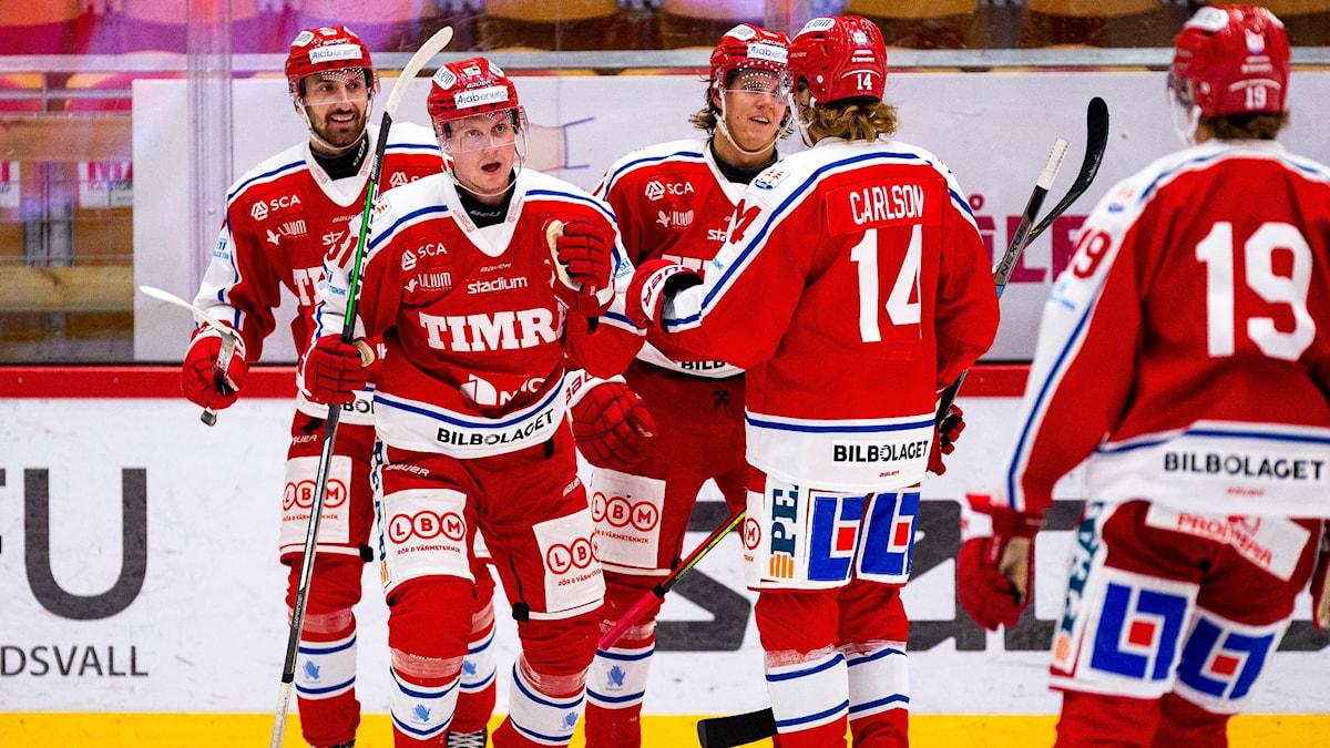 Timrås Jens Lööke jublar efter 5-2 under ishockeymatchen i Hockeyallsvenskan mellan Timrå och Södertälje den 23 oktober 2020 i Timrå.
