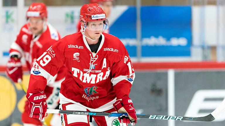Bilden föreställer hockeyspelaren Erik Karlsson i Timrå på isen i Timrås röda matchdräkt. Foto: P€är Olert/Bildbyrån