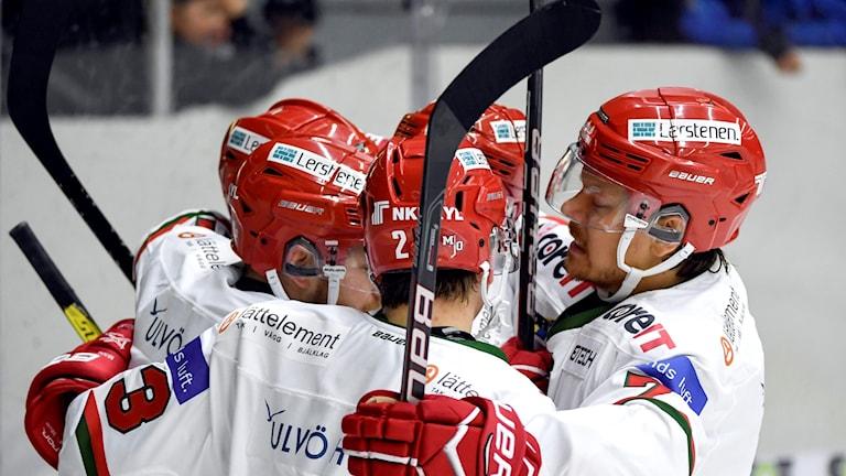 Modos Emil Mohlin jublar med lagkamrater. Foto:  Fredrik Karlsson/Bildbyrån
