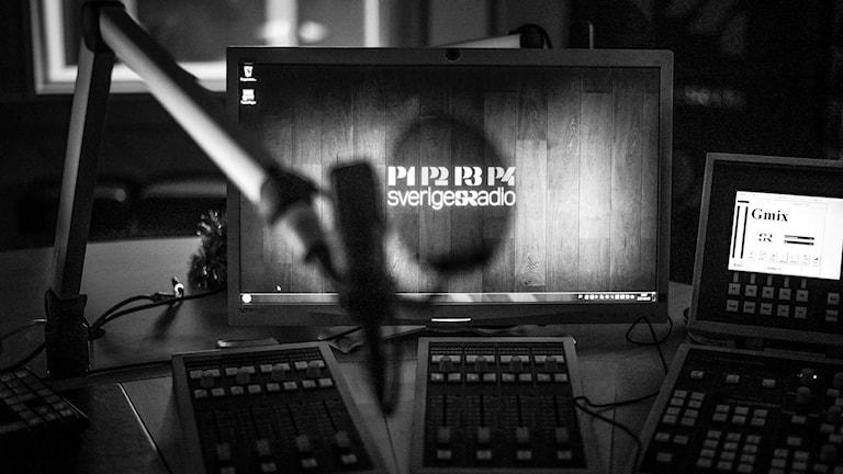 Mixerbord och mikrofon i en nedsläckt radiostudio i Sundsvall. Foto: Thea Holmqvist