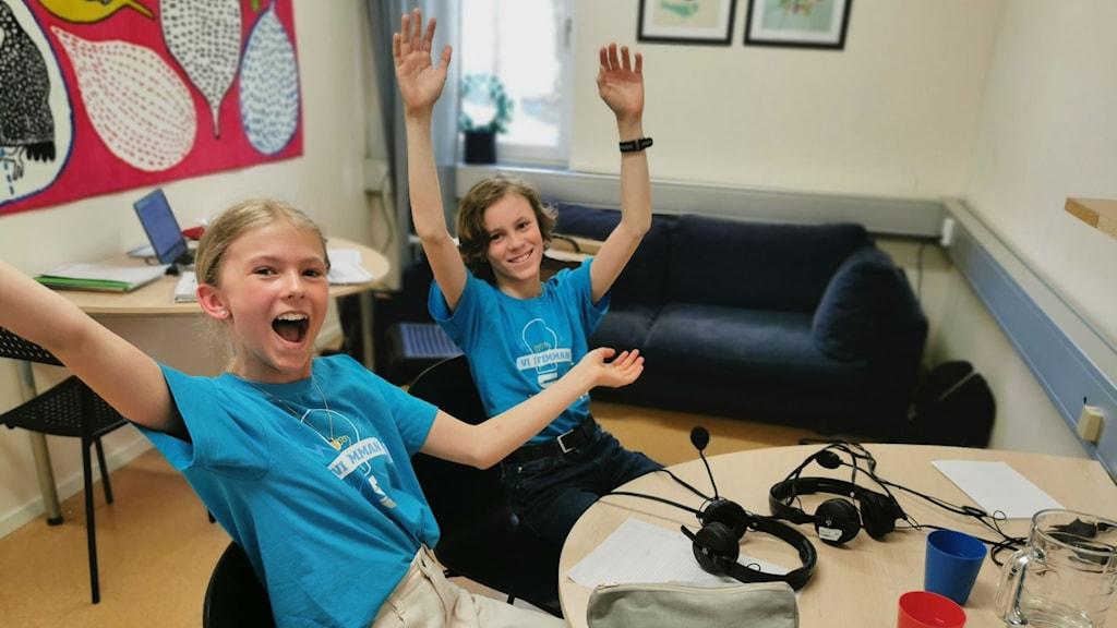 Linnea Millbourn och Simon Jänes jublar när det stod klart att de vann sista kvartsfinalen med en poäng. Foto: Helena Eriksson-Larsson