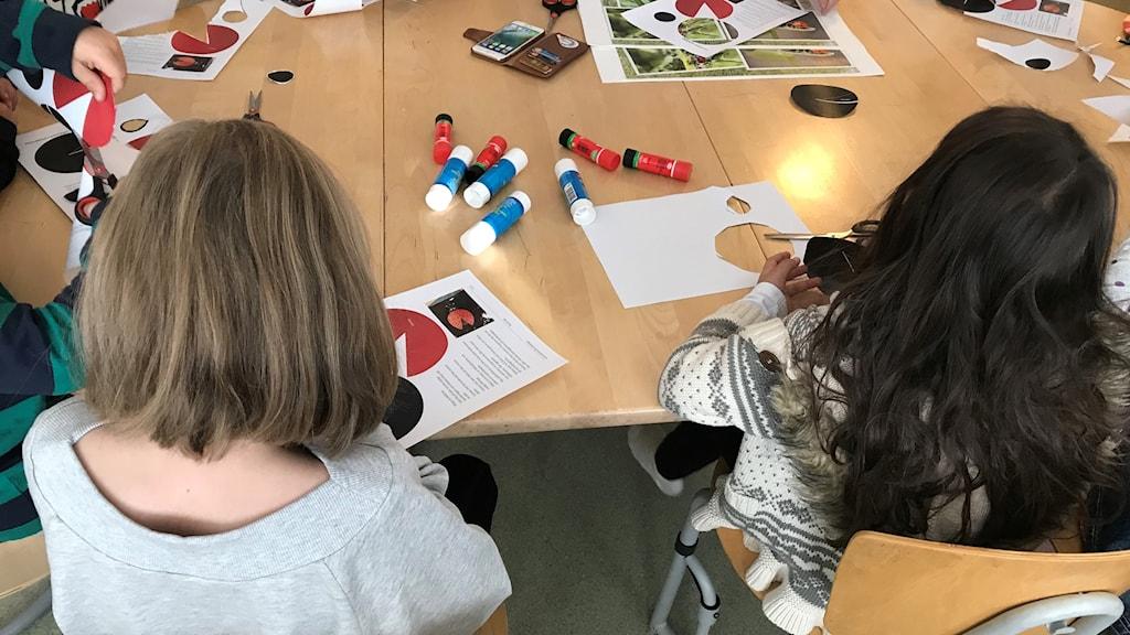 Förskolebarn sitter vid ett bord och pysslar. Foto: Alexander Arvidsson/Sveriges Radio