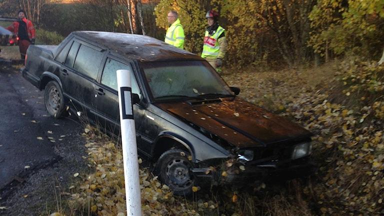 En bil har kört i diket i Nyland i den plötsliga halkan. Foto: Andreas Söderberg Vestin