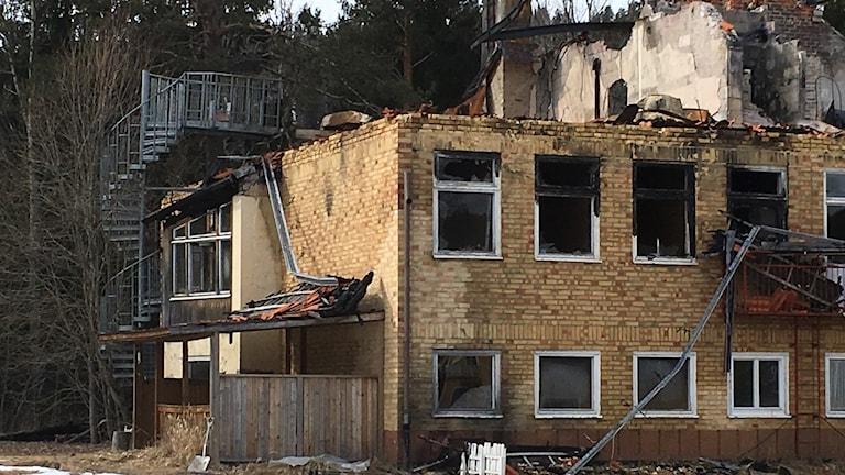 Resterna av gamla Viksjö skola skola är fortfarande kvar ett år efter branden