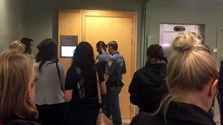 Många väntar på att få bli insläppta i rättegångssalen i Solna tingsrätt. Foto: Pether Öhlén/Sveriges Radio