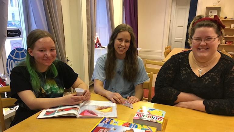 """UNF i Sundsvall anordnar """"Julhäng"""", från vänster  Amanda Cederberg, Lovisa Eriksson och Jennifer Rytkönen."""