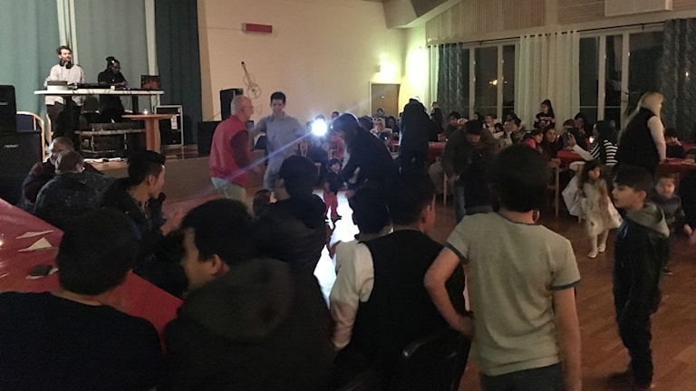 Folk dansar på integrationsparty i Junsele
