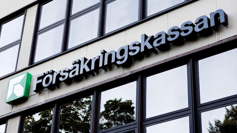 Försäkringskassans skylt på en fasad. Foto: Christine Olsson/TT