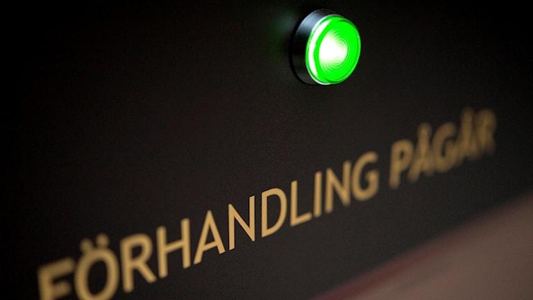 """En grön lampa lyser på skylten """"Förhandling pågår"""". Foto: Jessica Gow/TT"""