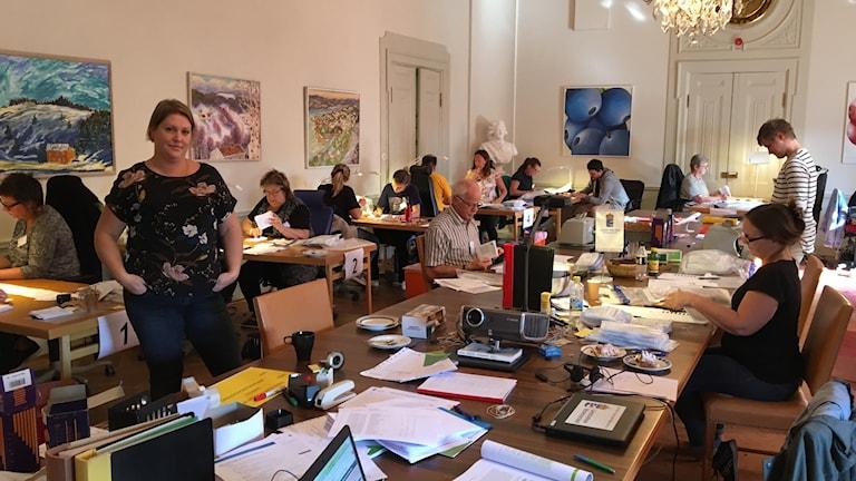 Ulrika Åsberg i rummet där valsedlarna nu kontrollräknas. Foto Ulla Öhman