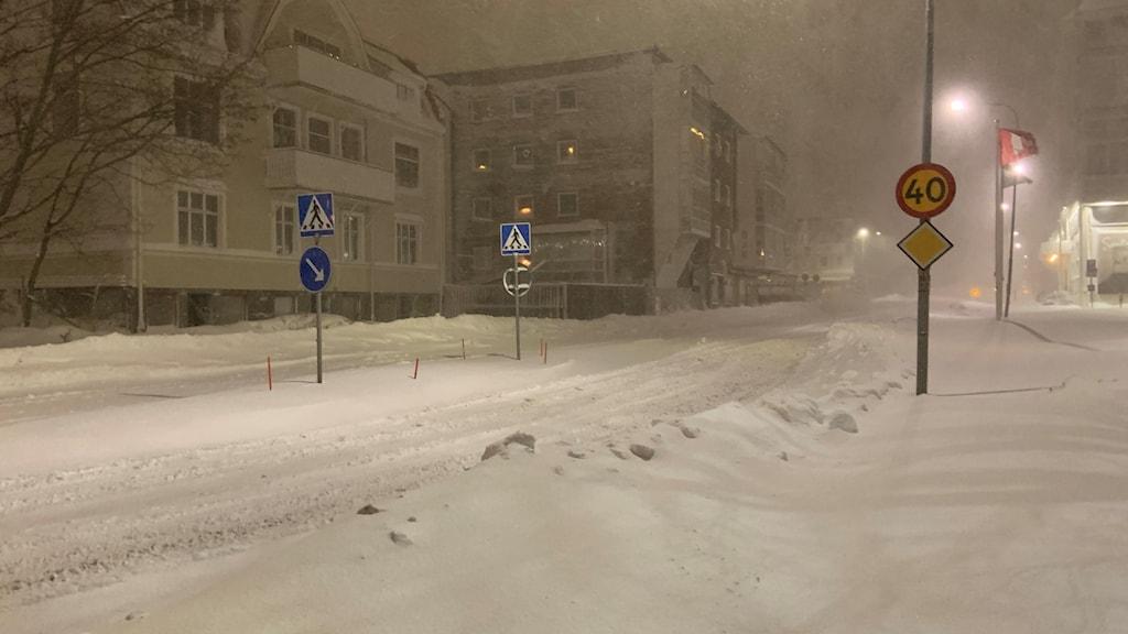 Kraftigt snöfall i Örnsköldsvik även under tisdagsmorgonen. Snön yr på en gata i centrala Ö-vik. Foto: Anton Svensson/Sveriges Radio