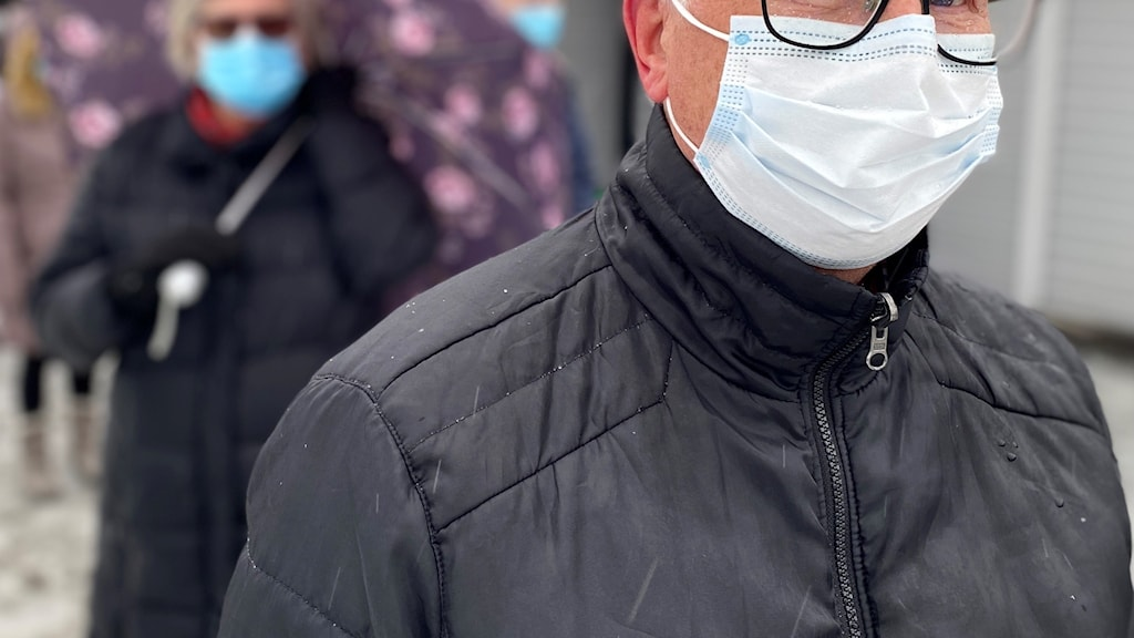 Man utomhus med munskydd på