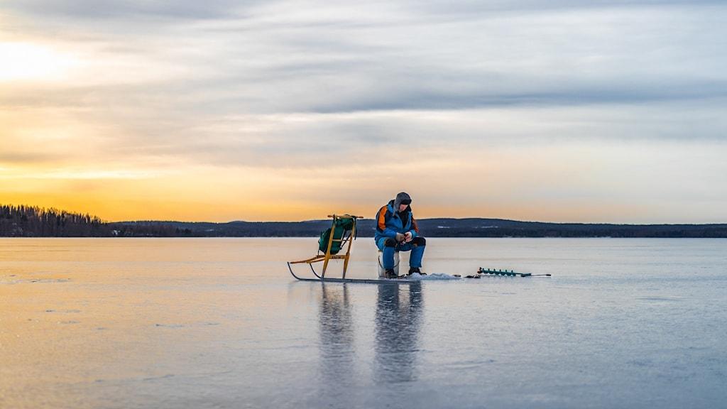Veckans bild i P4 är en bild på Linus Johanssons morfar som is fiskar med solen i på väg ned bakom honom.