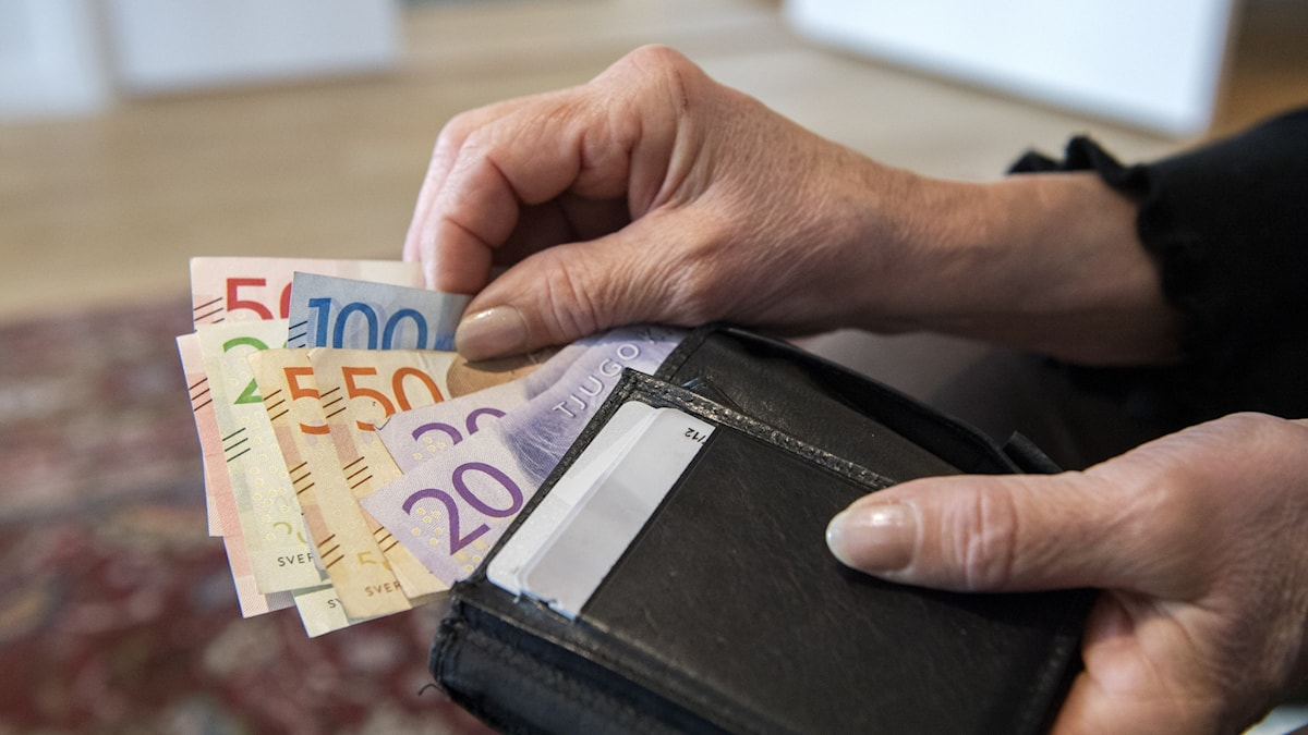 Pensionär med plånbok och sedlar Foto: Henrik Montgomery / TT