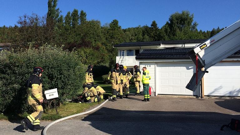 Räddningstjänsten vid ett gavelradhus som börjat brinna. Foto: Agneta Jacobsson/Sveriges Radio