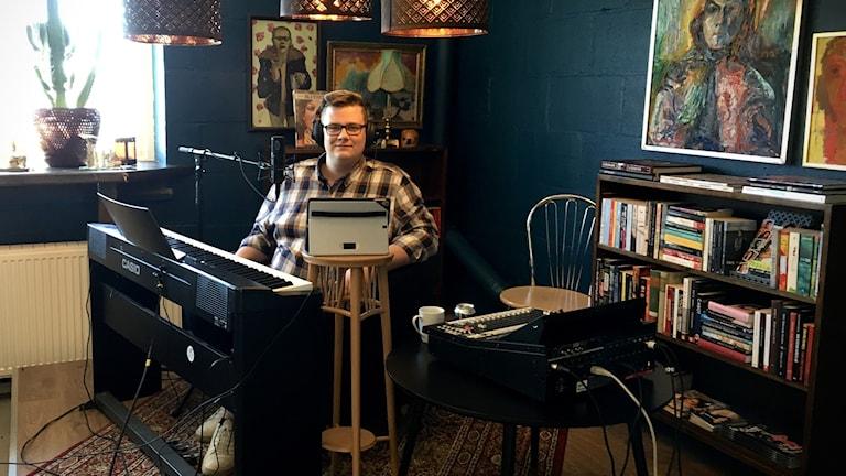 Robin Hörnkvist sitter bakom pianot och sköter underhållningen.