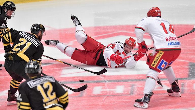 MODO:s Fredrik Weigel under tisdagens ishockeymatch i hockeyallsvenskan mellan AIK och MODO