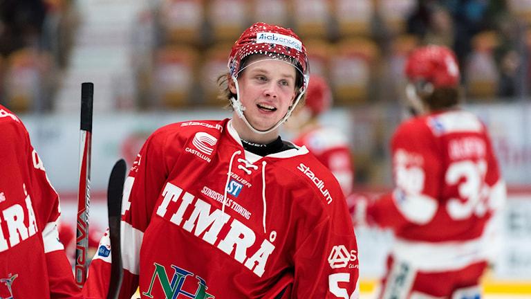 Timrås Jonathan Dahlén stannar i klubben tills vidare.