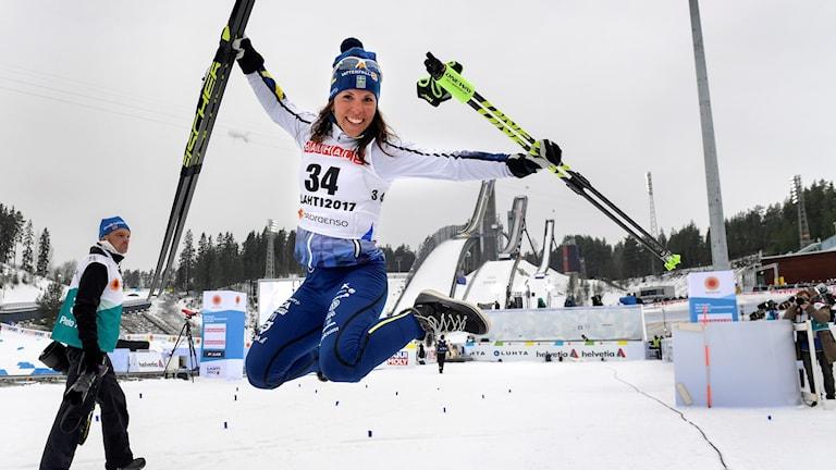 Charlotte Kalla hoppar glädjeskutt efter silvret i damernas 10 km klassiskt i Lahtis. Foto:  Anders Wiklund/TT