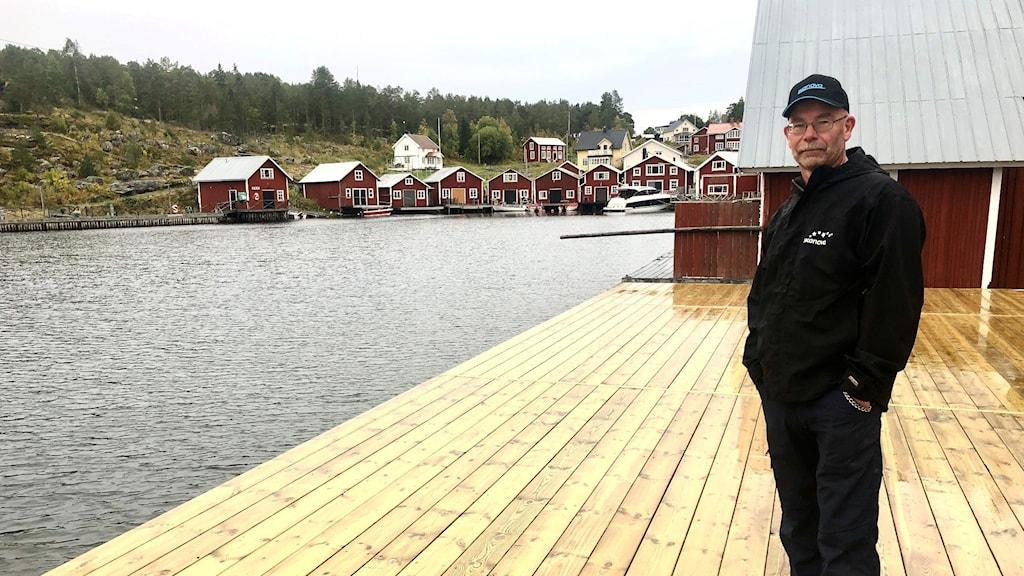 Bo Sjölander står på den nya färdigställda bryggan i Bönhamn.