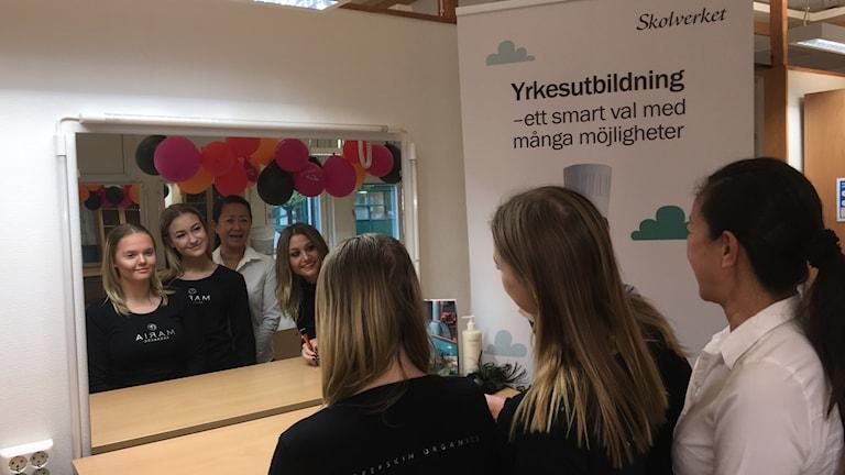 Lärare och elever framför en spegel. Foto Ulla Öhman