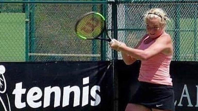 Flicka som spelar tennis