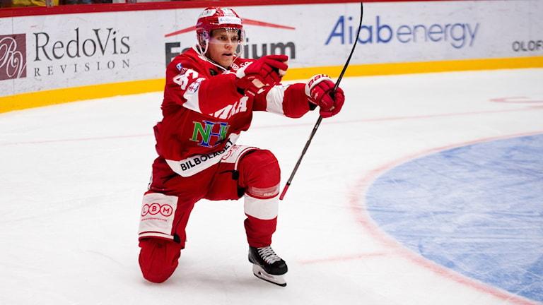 181006 Timrås Anton Wedin avgör med 2-1 och jublar under ishockeymatchen i SHL mellan Timrå och Mora den 6 oktober 2018 i Timrå.