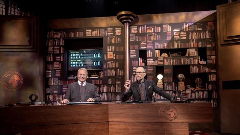 """Domaren Fredrik Lindström och programledaren Kristian Luuk i """"På spåret""""."""