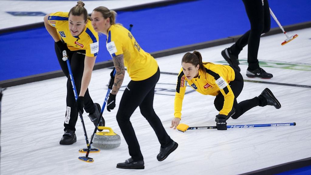 några av de svenska curlingdamerna ute på banan under matchen mot ryssland.