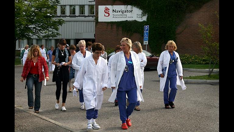 Personalen strömmar ut efter personalmötet. Foto: Ingrid Engstedt Edfast