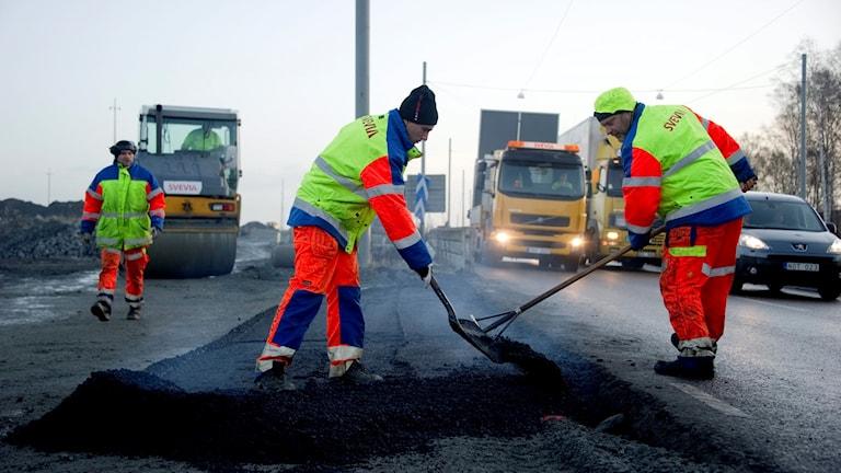 män som lägger asfalt