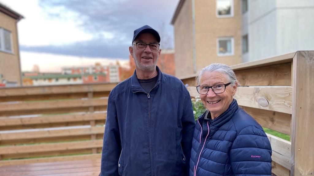 Två äldre personer med blå jackor