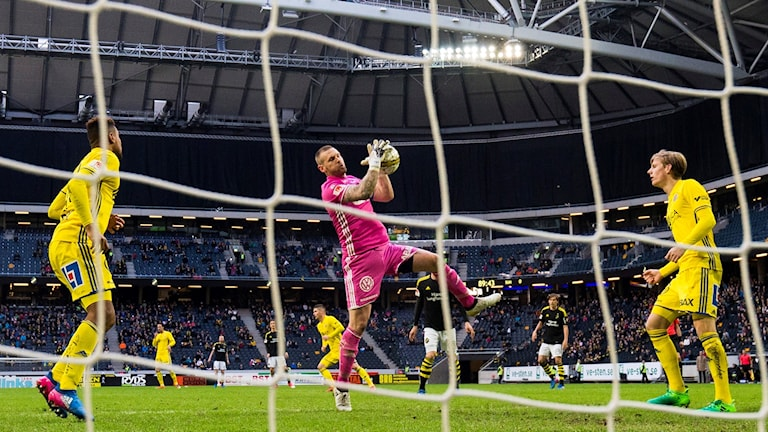 Sundsvalls målvakt Tommy Naurin tar hand om bollen under en bortamatch mot AIK. Foto: Andreas L Eriksson/Bildbyrån