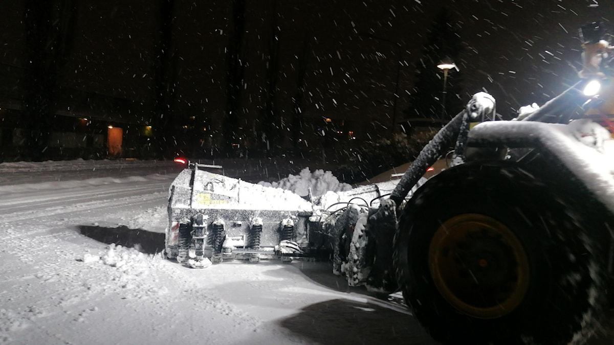 En grävare röjer snö i mörkret i en gatukorsning. Foto: Ingrid Engstedt Edfast/Sveriges Radio
