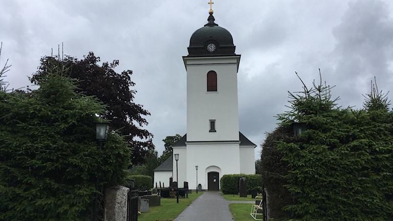 Tuna kyrka i Matfors sedd rakt framifrån. Foto: Alexander Arvidsson/Sveriges Radio